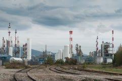 Panorama della fabbrica e delle ferrovie chimiche Immagini Stock Libere da Diritti