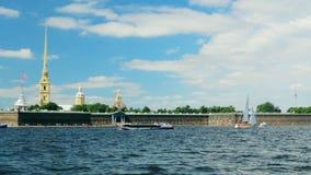 Panorama della fortezza della Russia St Petersburg Neva River stock footage