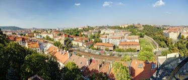 Panorama della foto di HDR di paesaggio urbano di Praga in sole di pomeriggio, repubblica Ceca Foto presa a Vysehrad fotografia stock libera da diritti
