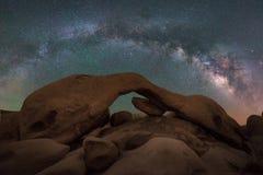 Panorama della galassia della Via Lattea della roccia dell'arco Fotografie Stock