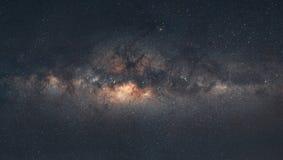 Panorama della galassia della Via Lattea con i precedenti di cielo notturno e delle stelle, nel deserto fotografie stock libere da diritti