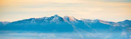 Panorama della gamma di alta montagna Fotografie Stock