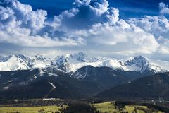 Panorama della gamma di alta montagna con neve durante l'inverno Fotografie Stock Libere da Diritti