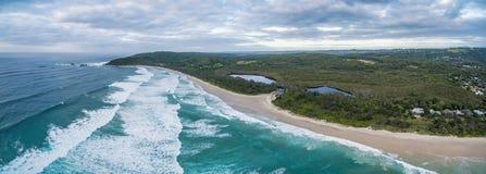 Panorama della linea costiera dell'oceano e della vegetazione costiera Immagini Stock