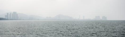 Panorama della linea costiera e dell'orizzonte di Penang dall'altro lato dello stretto Immagini Stock Libere da Diritti