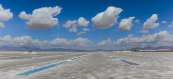 Panorama della miniera di sale di Grandes delle saline nelle montagne delle Ande fotografie stock libere da diritti