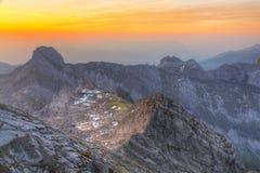 Panorama della montagna al tramonto da Fotografie Stock