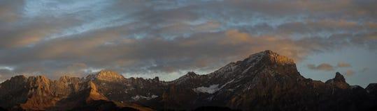 Panorama della montagna alla luce di tramonto Fotografie Stock