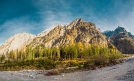 Panorama della montagna con cielo blu fotografia stock