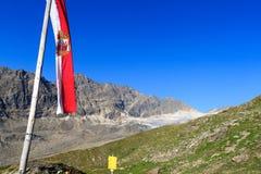 Panorama della montagna con la bandiera austriaca, alpi di Hohe Tauern, Austria Immagine Stock