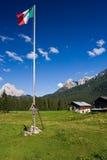 panorama della montagna con la bandierina italiana Fotografia Stock