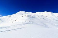 Panorama della montagna con le piste dello sci e della neve nell'inverno nelle alpi di Stubai Immagine Stock