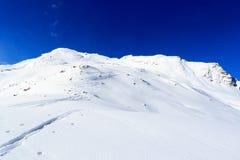 Panorama della montagna con le piste dello sci e della neve nell'inverno nelle alpi di Stubai Fotografie Stock Libere da Diritti