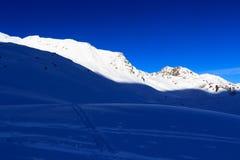 Panorama della montagna con le piste dello sci e della neve nell'inverno nelle alpi di Stubai Fotografia Stock Libera da Diritti
