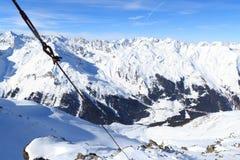Panorama della montagna con neve e cielo blu nell'inverno nelle alpi di Stubai Immagini Stock