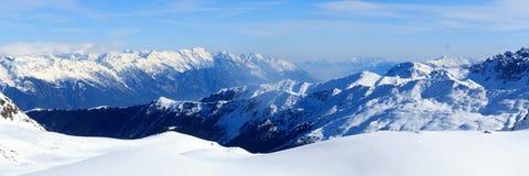Panorama della montagna con neve e cielo blu nell'inverno nelle alpi di Stubai Fotografie Stock