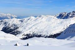 Panorama della montagna con neve e cielo blu nell'inverno nelle alpi di Stubai Immagini Stock Libere da Diritti