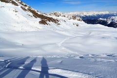 Panorama della montagna con neve e cielo blu nell'inverno nelle alpi di Stubai Fotografia Stock Libera da Diritti