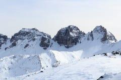 Panorama della montagna con neve e cielo blu nell'inverno nelle alpi di Stubai Fotografia Stock