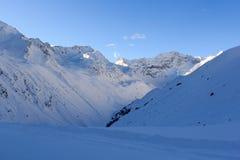 Panorama della montagna con neve e cielo blu nell'inverno nelle alpi di Stubai Fotografie Stock Libere da Diritti