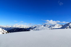 Panorama della montagna con neve e cielo blu nell'inverno nelle alpi di Stubai Immagine Stock