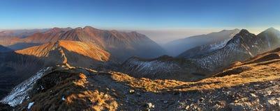 Panorama della montagna da Volovec di punta in Tatras ad ovest fotografia stock