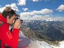 Panorama della montagna della fucilazione dell'uomo Fotografia Stock Libera da Diritti
