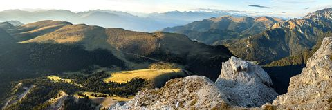 Panorama della montagna delle alpi nelle alpi di Dolomiti Fotografia Stock