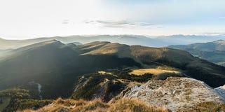 Panorama della montagna delle alpi nelle alpi di Dolomiti Immagine Stock