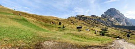 Panorama della montagna delle alpi nelle alpi di Dolomiti Fotografie Stock