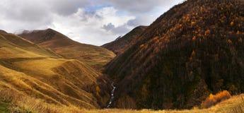 Panorama della montagna di autunno di ad alta definizione Fotografia Stock