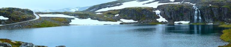Panorama della montagna di estate con il lago e la neve (Norvegia) Fotografia Stock