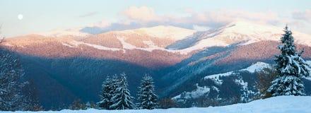 Panorama della montagna di ottobre con la prima neve di inverno Immagine Stock