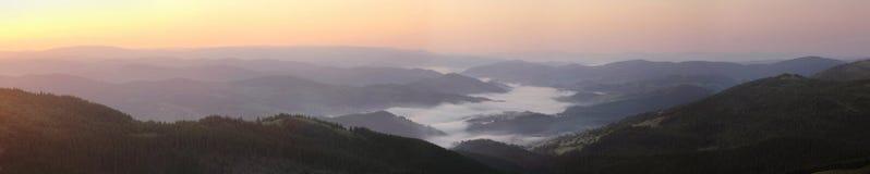 Panorama della montagna di Transylvanian ad alba fotografia stock libera da diritti
