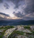 Panorama della montagna durante il tramonto Fotografia Stock
