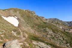 Panorama della montagna e la gente che fanno un'escursione sul sentiero per pedoni, alpi di Hohe Tauern, Austria Fotografia Stock Libera da Diritti