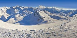 Panorama della montagna francese delle alpi nell'inverno, con neve Fotografia Stock Libera da Diritti
