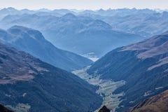 Panorama della montagna - picchi nella foschia blu Fotografia Stock Libera da Diritti