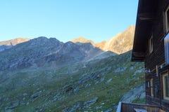 Panorama della montagna visto dalla capanna alpina Eisseehutte, alba nelle alpi di Hohe Tauern, Austria Fotografie Stock