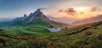 Panorama della natura della montagna nelle alpi delle dolomia, Italia Immagine Stock