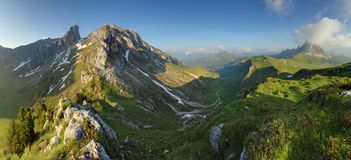 Panorama della natura della montagna nelle alpi delle dolomia, Italia Fotografia Stock