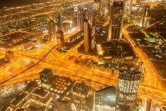 Panorama della notte Dubai durante il tramonto Immagini Stock