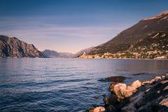 Panorama della polizia del lago (Italia) vicino alla città di Malcesine Fotografia Stock