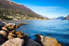 Panorama della polizia del lago (Italia) vicino alla città di Malcesine Fotografie Stock