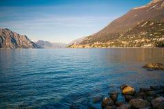 Panorama della polizia del lago (Italia) vicino alla città di Malcesine Fotografie Stock Libere da Diritti