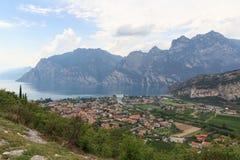 Panorama della polizia del lago, del villaggio Torbole della riva del lago e delle montagne, Italia Fotografia Stock Libera da Diritti