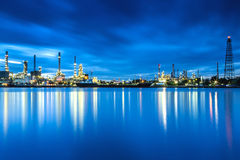 Panorama della raffineria di petrolio con la riflessione Fotografie Stock Libere da Diritti