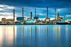 Panorama della raffineria di petrolio con la riflessione Fotografia Stock