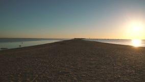 Panorama della riva del Mar Baltico durante il tramonto stock footage