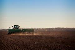panorama della semina del trattore nel campo Fotografia Stock Libera da Diritti
